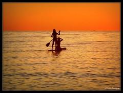 Silhouettes sur la mer au soleil levant