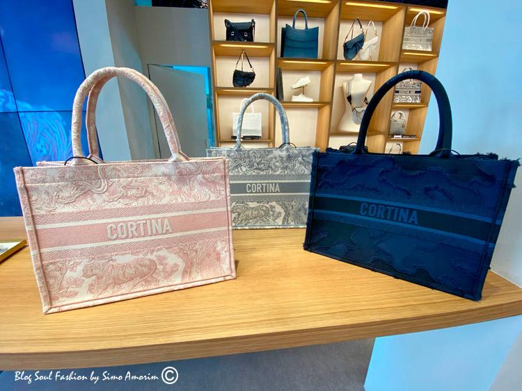 O centro de Cortina conta com várias lojas de luxo, dentre elas a loja multimarcas Franz Kraller a qual possui a pop up store de Dior. Amei essa tote bag da Dior com o nome da cidade.