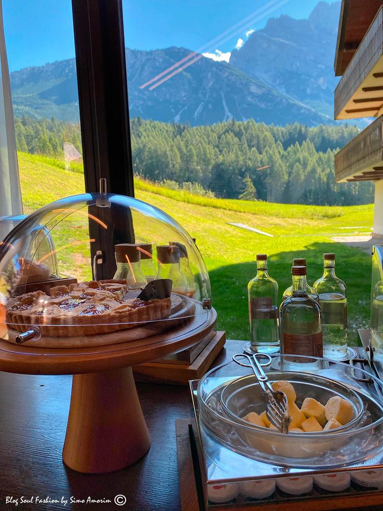 O terraço onde é servido o café da manhã do hotel com várias delícias gastronomicas e vista para as montanhas ao redor