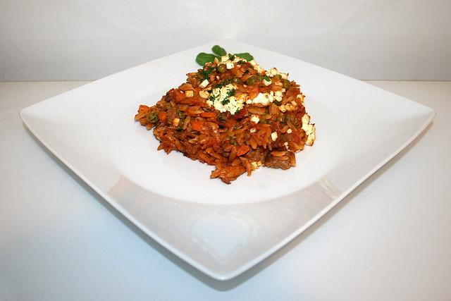 35 - Greek kritharaki casserole with feta - Side view / Griechischer Kritharaki-Hack-Auflauf mit Feta - Seitenansicht