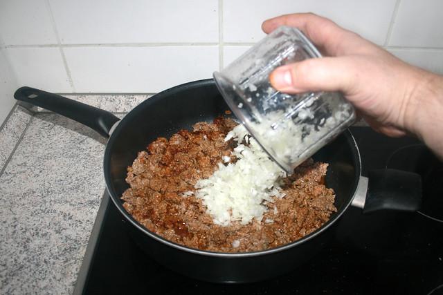 08 - Add diced onion / Zwiebelwürfel dazu geben