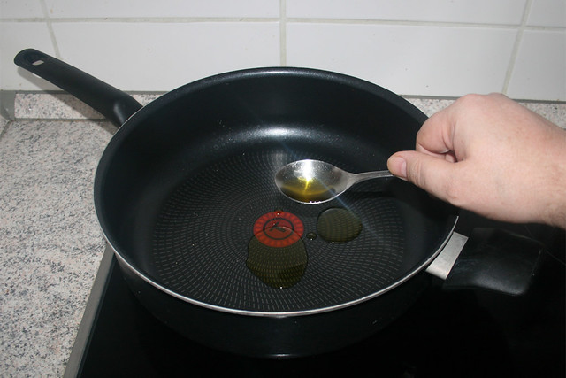 04 - Heat oil in pan / Öl in Pfanne erhitzen