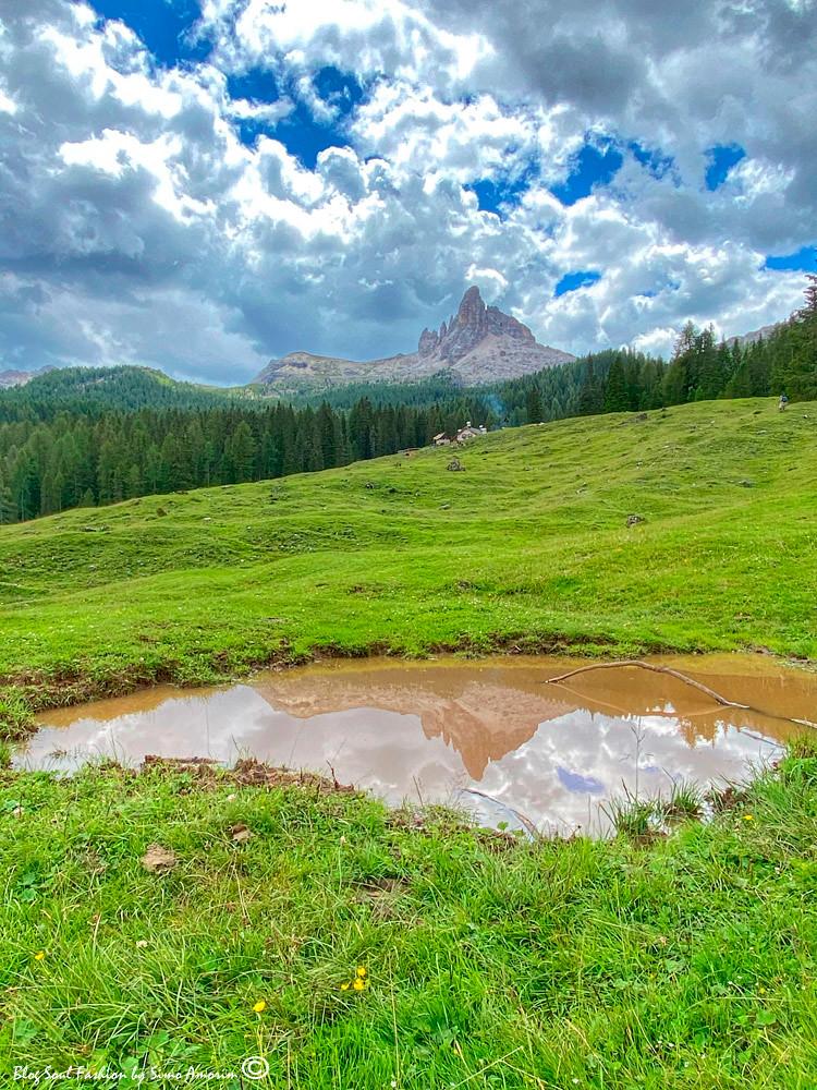 Paonrama dos sonhos com o Becco di Mezzodí ao fundo e a Malga Federa onde paramos para almoçcar no final da trilha