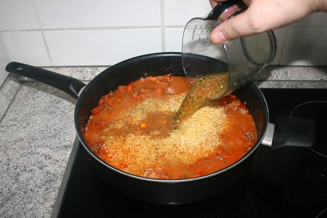 21 - Add vegetable broth / Mit Gemüsebrühe aufgießen