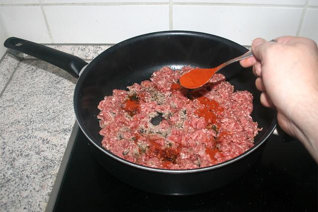 06 - Season mincemeat with salt, pepper & paprika / Hackfleisch mit Salz, Pfeffer & Paprika würzen