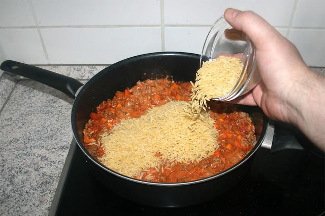 20 - Put unccoked kritharaki in pan / Ungekochte Kritharaki in Pfanne geben