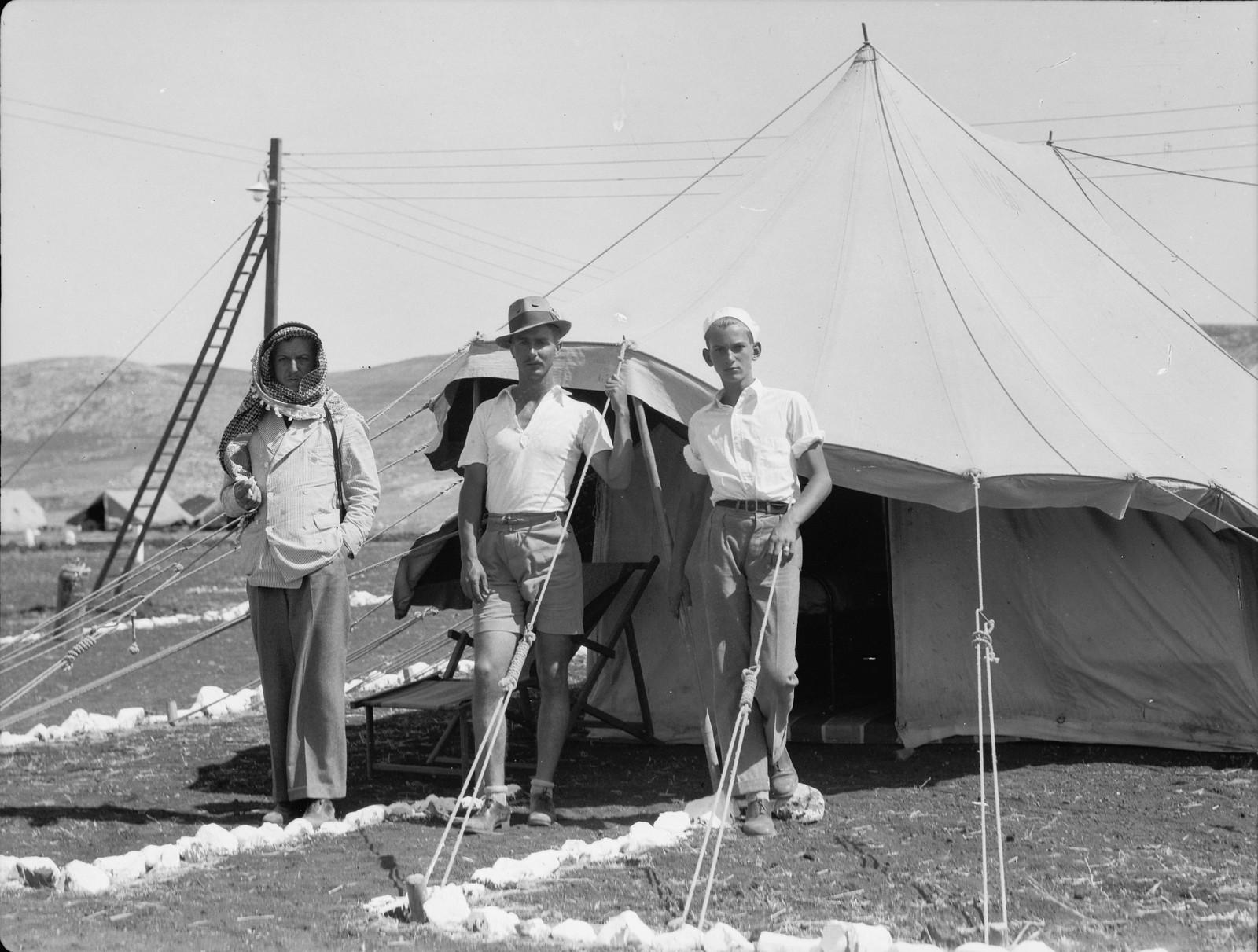 01. Управляющий лагерем строителей возле своей палатки