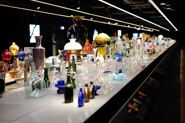 Overflødighedshorn af keramik og glaskunst