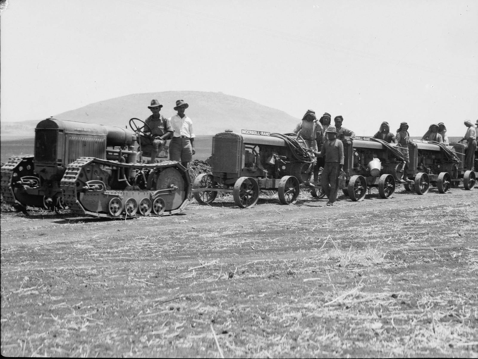 20. Колонна тракторов. Фавор виден на расстоянии