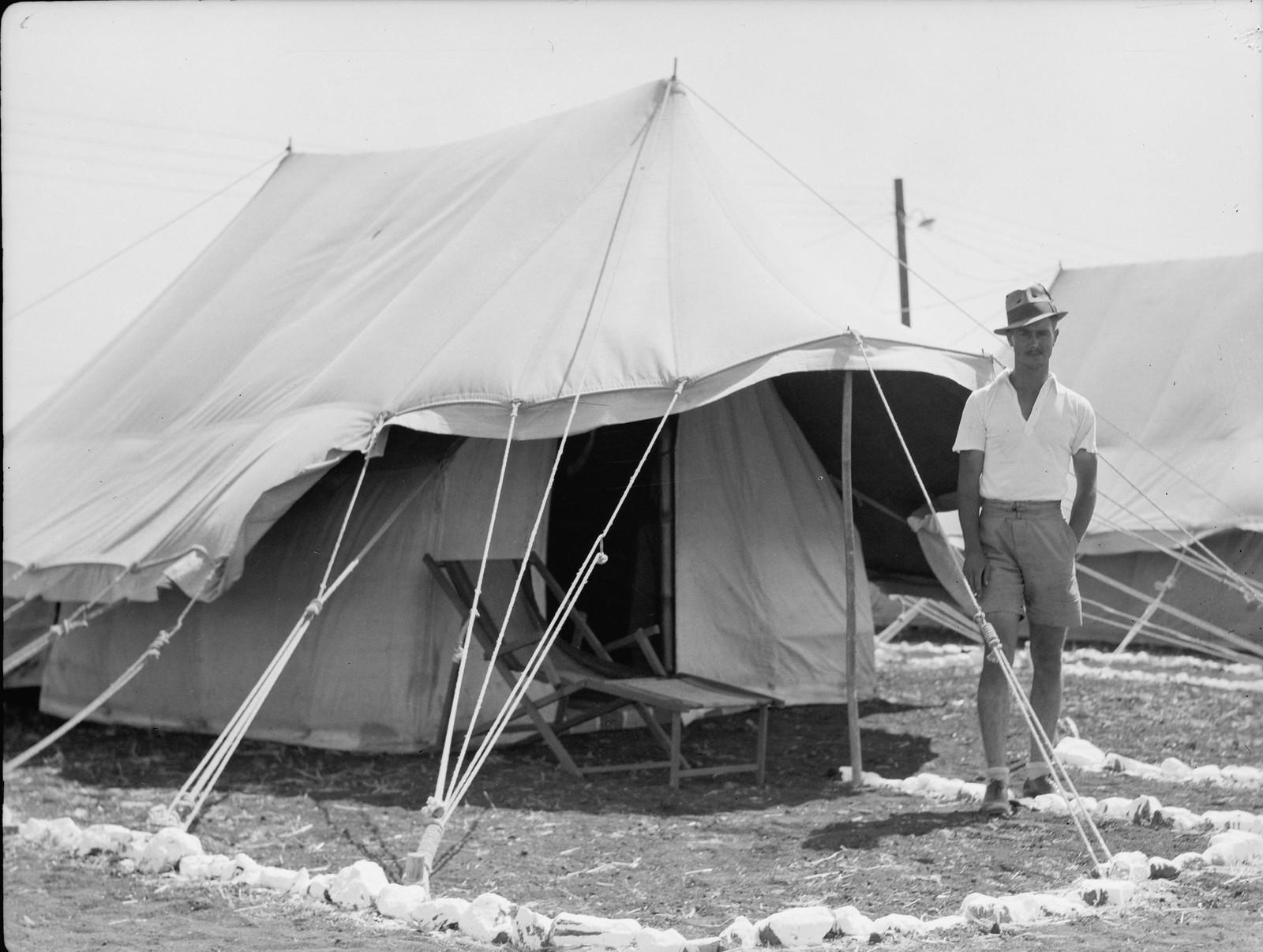 02. Управляющий лагерем строителей возле своей палатки.