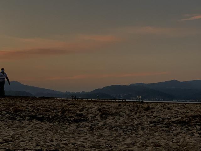 Playa de Cesantes con el Puente de Rande al fondo