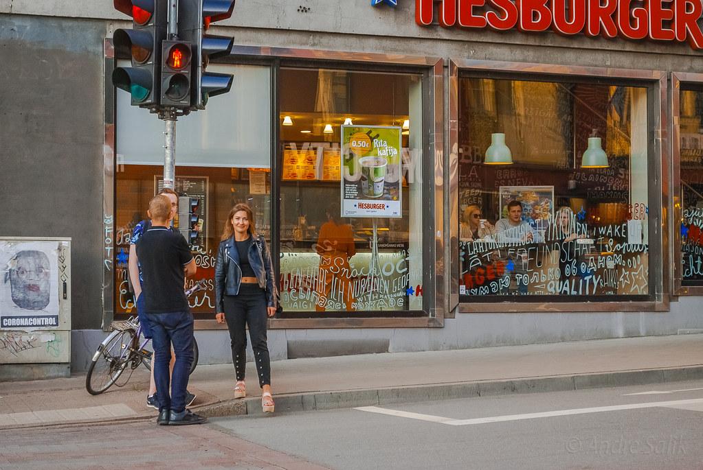 Nice street scene Адекватная реакция на камеру.  DSC_7182