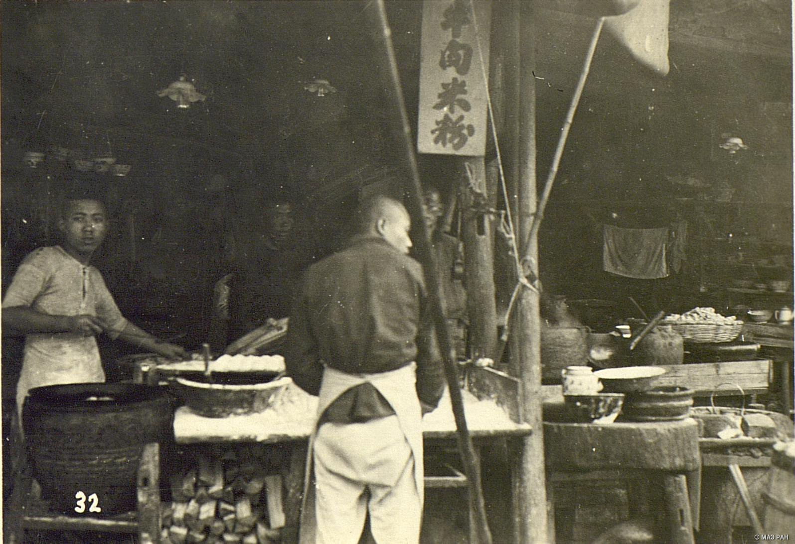 Работники на кухне харчевни