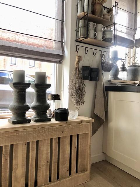 Vouwgordijn toef kandelaars op radiatorombouw