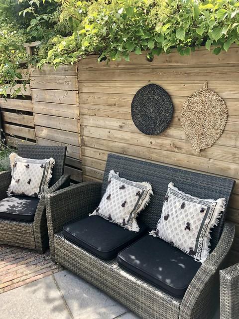 Loungeset met zwarte kussens zwarte tuin