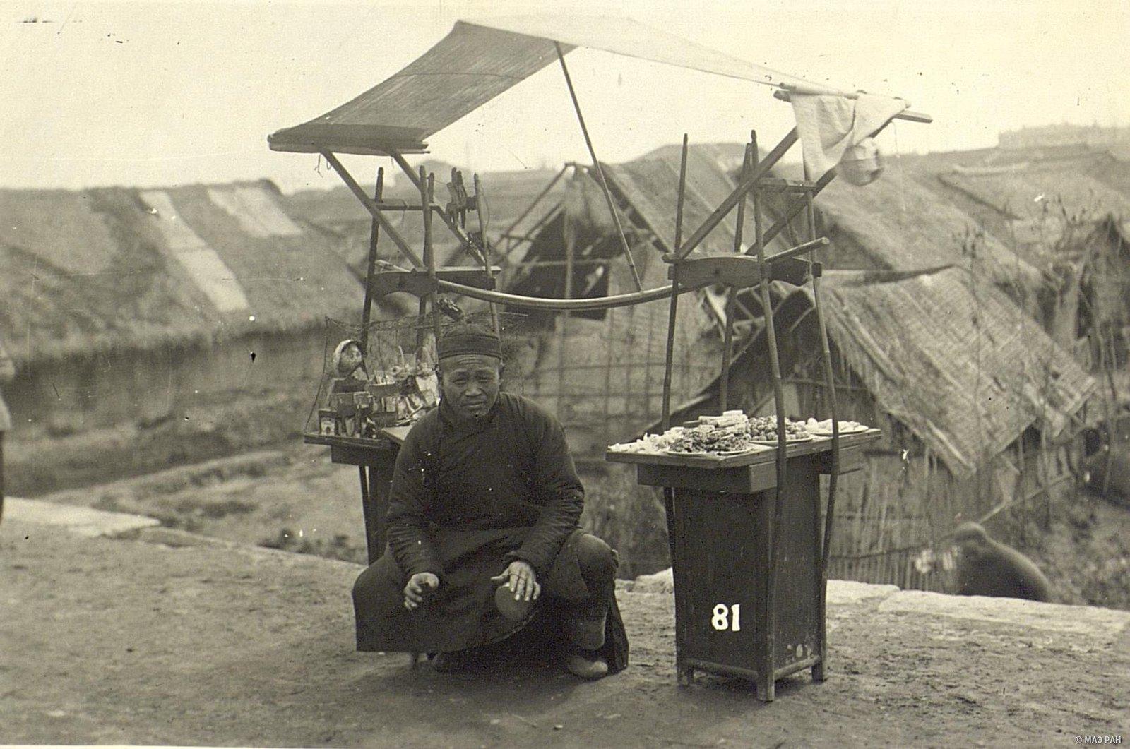 Продавец сластей и игрушек в бедняцком квартале Ханькоу