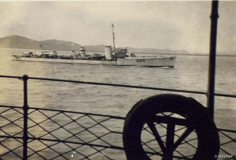 Английский истребитель сопровождает английский пароход по Янцзы