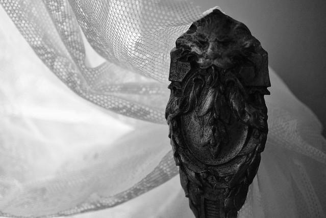 Lion-headed curtain holder