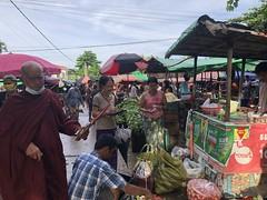 ローカル市場でお買い物 (1)