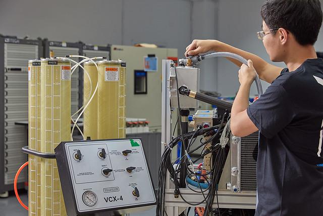 行競科技工作人員於研發實驗室測試中