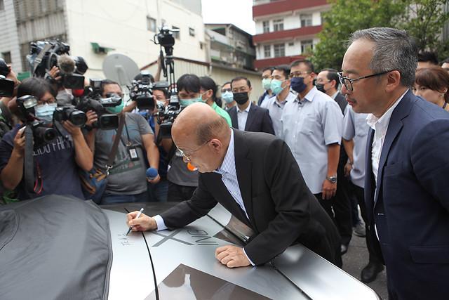 行政院院長蘇貞昌於純電改裝雪佛蘭Camaro上簽名留念
