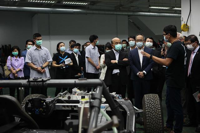 行政院院長蘇貞昌在行競科技執行長洪裕鈞陪伴下參觀行競科技2