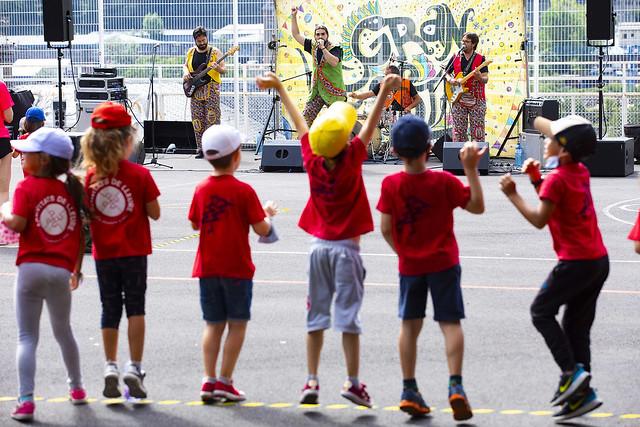 Actuació musical per als infants de les activitats esportives i de lleure