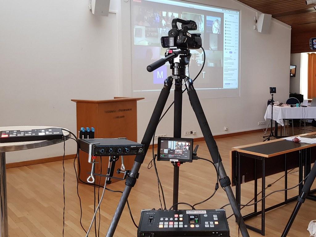 Zoom- tms. alustalla välitettävä tilaisuus kuvataan oikeilla videokameroilla