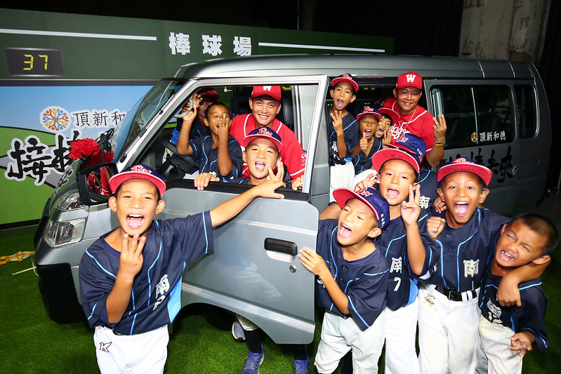 卑南國小少棒隊與味全龍隊選手劉基鴻(左)、黃柏豪(右)。(圖/頂新和德文教基金會提供)