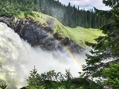 Cascada con arcoiris