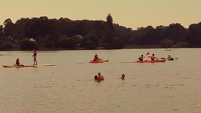 Baignade, canoë et paddle à l'étang. Bath, canoe and paddle in the pond.