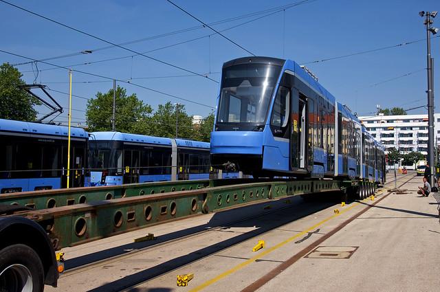 Ausflug nach Graz: Im Betriebshof 2 wird T4-Wagen 2501 am heutigen Montagvormittag auf den Schwertransporter geladen, der Vierteiler verbringt die kommenden zwei Wochen zu Probeeinsätzen – leider ohne Fahrgäste – in Österreich