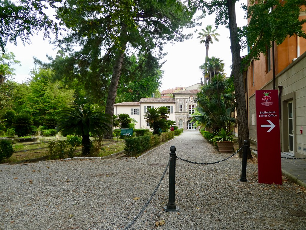 Pintu masuk ke Kebun Raya Universitas Pisa