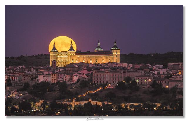 Alcázar de Toledo y la luna llena