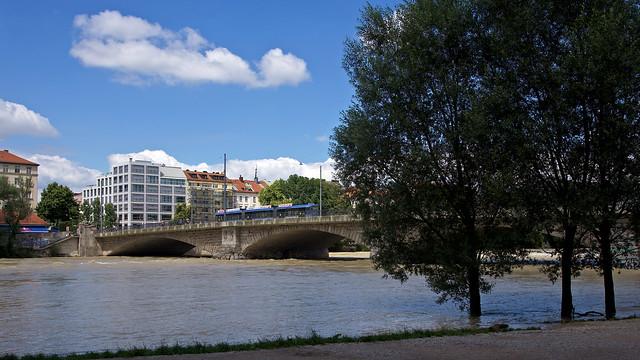 Am Mittwoch zieht sich die Isar schon wieder ins normale Flussbett zurück, einige Bäume stehen trotzdem noch im Wasser
