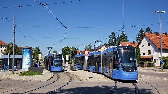 An der Endhaltestelle St.-Veit-Straße begegnet der eben angekommene Avenio-Zweiteiler 2701 dem Avenio-Dreiteiler 2751, der zum Sendlinger Tor aufbricht. Die Schleifenanlage möchten die Stadtwerke im Rahmen der geplanten Taktverdichtungen erweitern