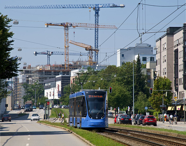 """Am Samstag ergibt sich der genau entgegengesetzte Blick: Vor den Baukränen der Bauprojekts """"Die Macherei"""" – an der Haltestelle Schlüsselbergstraße gelegen – ist T2-Wagen 2702 zur St.-Veit-Straße unterwegs"""