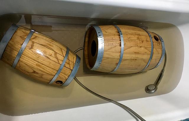 Hidratando los barriles, demasiado secos para que no pierdan