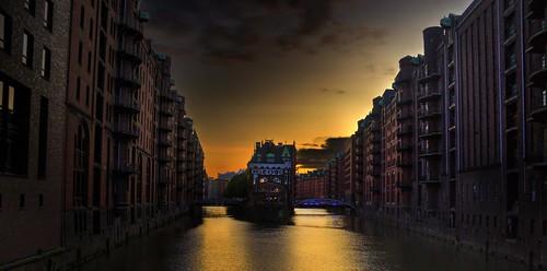 deu geo:lat=5354613143 geo:lon=1000220283 geotagged germany hamburg hamburgaltstadt 20190918182454 europe water sunset docks warehouse buildings architecture