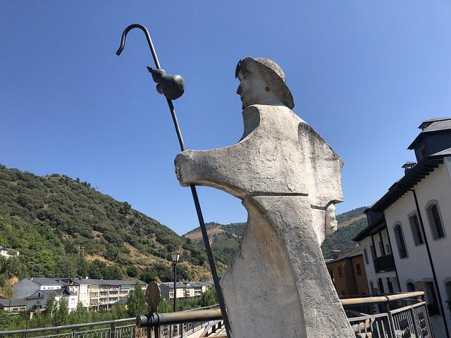 Estatua de peregrino a Santiago en el puente de Villafranca del Bierzo (León)