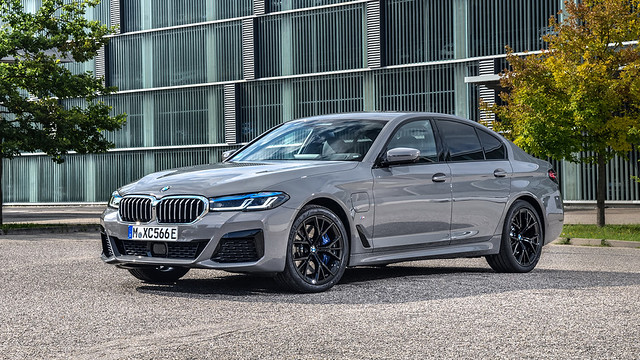 2021-BMW-545e-xDrive-PHEV-1