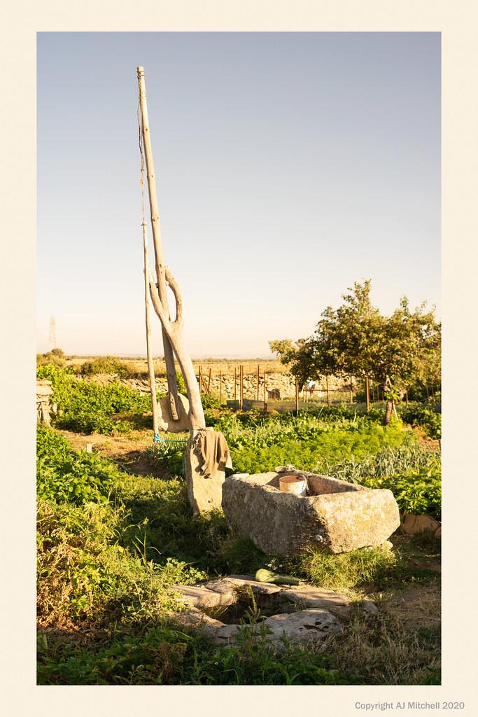 Traditional counter levered bucket lift:  cigoñal