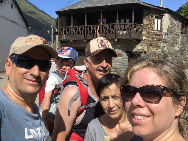 Toda la familia en Peñalba de Santiago (El Bierzo)