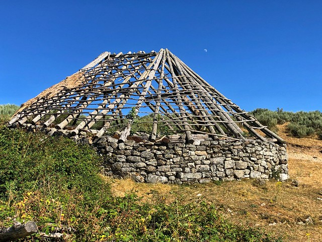Palloza sin teito de paja en Campo del Agua (Ancares leoneses)
