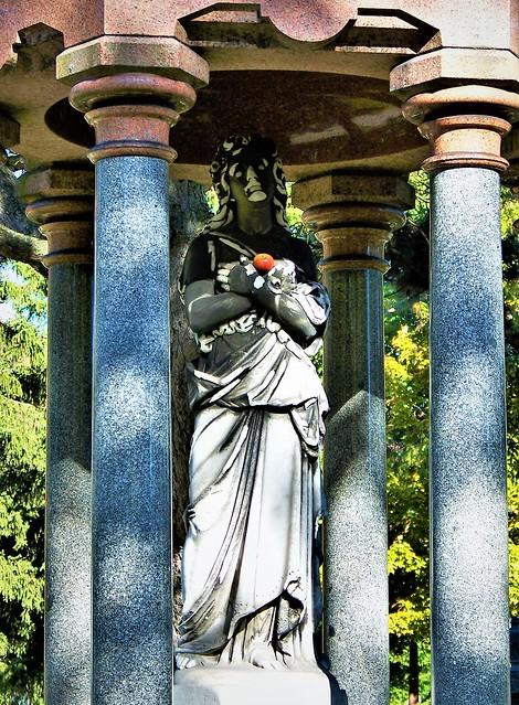 Apple, statue