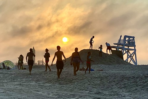 beach sunset goldenhour fog people jonesbeach ominous onephotoaday iphone11promax iphone365