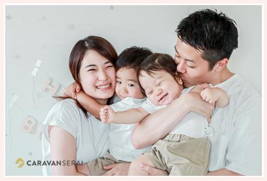 ご自宅で家族写真 服装は白Tシャツでお揃いコーデ 出張撮影
