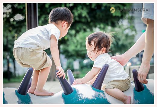 公園の遊具で遊ぶ兄弟