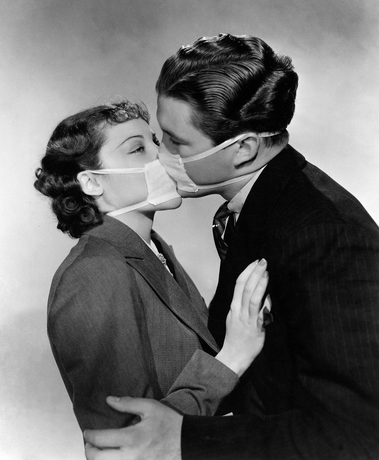 1937. Актеры в Голливуде надевают маски, чтобы предотвратить заражение вирусами гриппа при съемках поцелуя