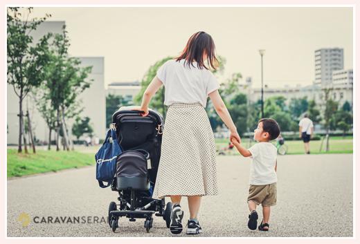 ママと手をつなぐ小さな男の子 公園にて